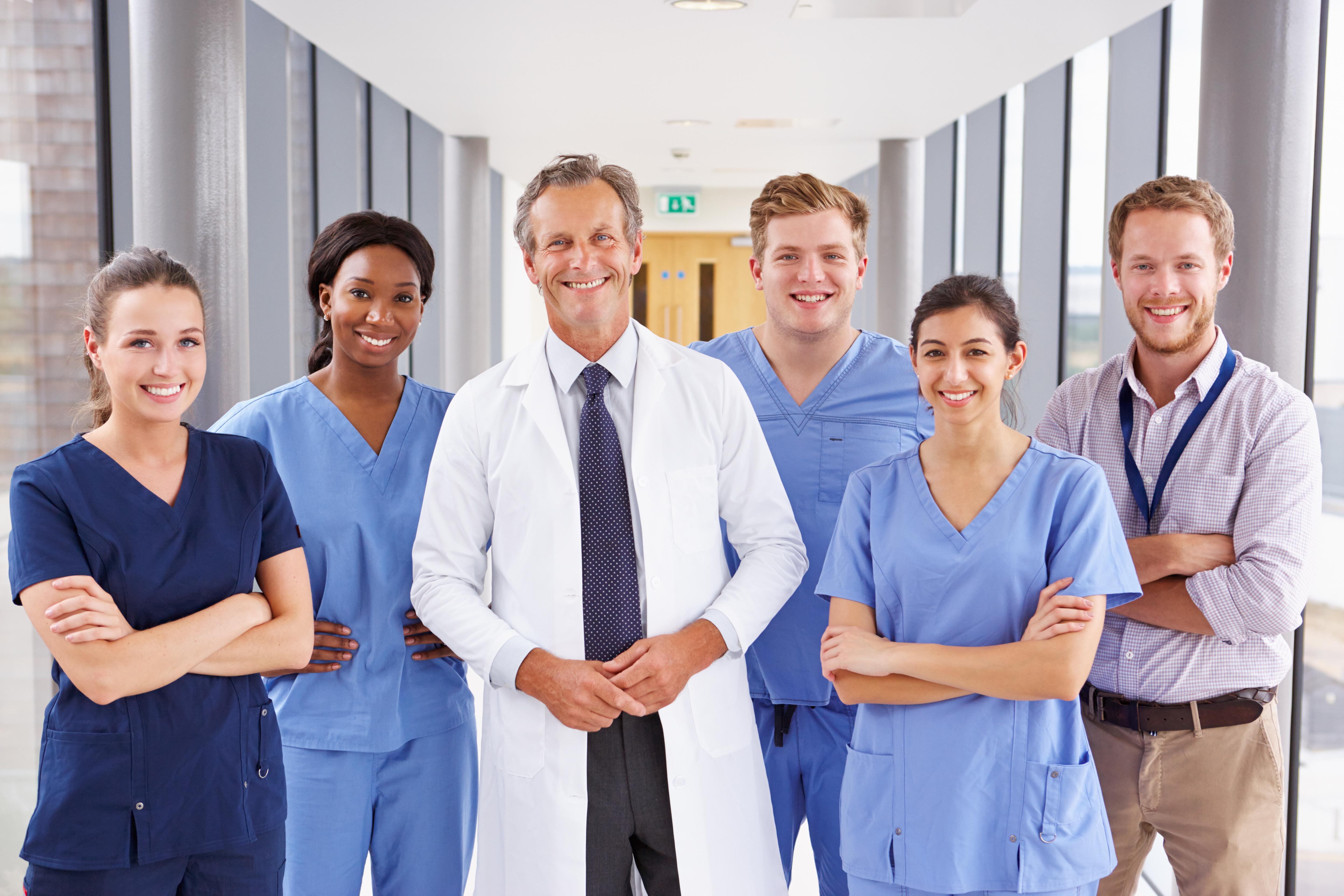 Formation secrétaire médicale avec collègues en groupe
